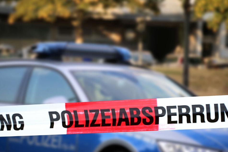 Flatterband vor einem Polizeiauto. (Symbolbild)