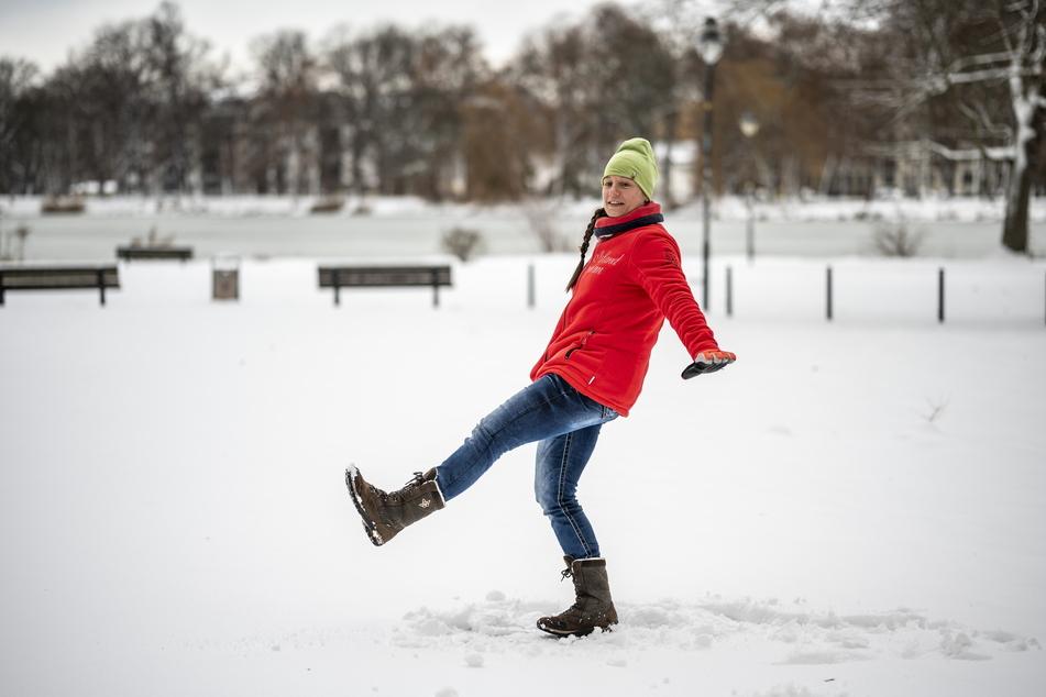 Niemals einen Sturz mit gestreckten Armen abfangen, warnt Anja Puschmann (36). Beim Sturz nach hinten möglichst das Kinn an den Brustkorb ziehen, um den Kopf zu schützen.