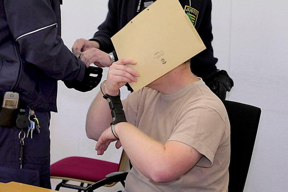 Weil er seine Ex-Freundin im Schlaf mit einem Küchenmesser erstochen haben soll, steht ein 32-Jähriger in Chemnitz vor Gericht.