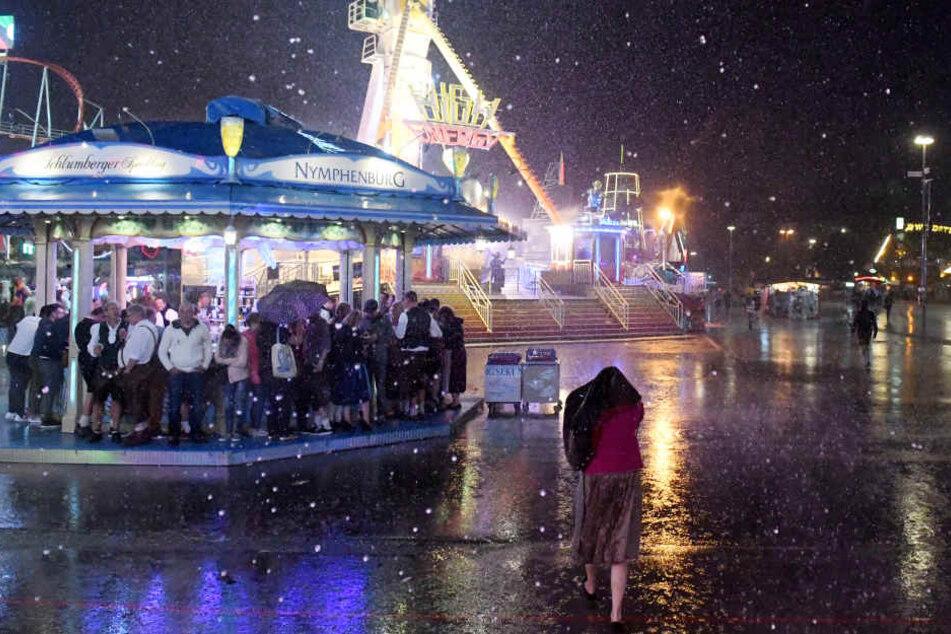 Auch das Münchner Oktoberfest blieb nicht verschont: Besucher mussten vor dem heftigen Sturm Schutz suchen.