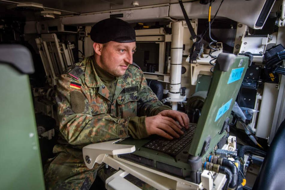 """Kommunikation gewinnt Kriege: Oberstabsgefreiter B. Birnschein (30) im mobilen Gefechtsführungsstand des """"Boxers""""."""