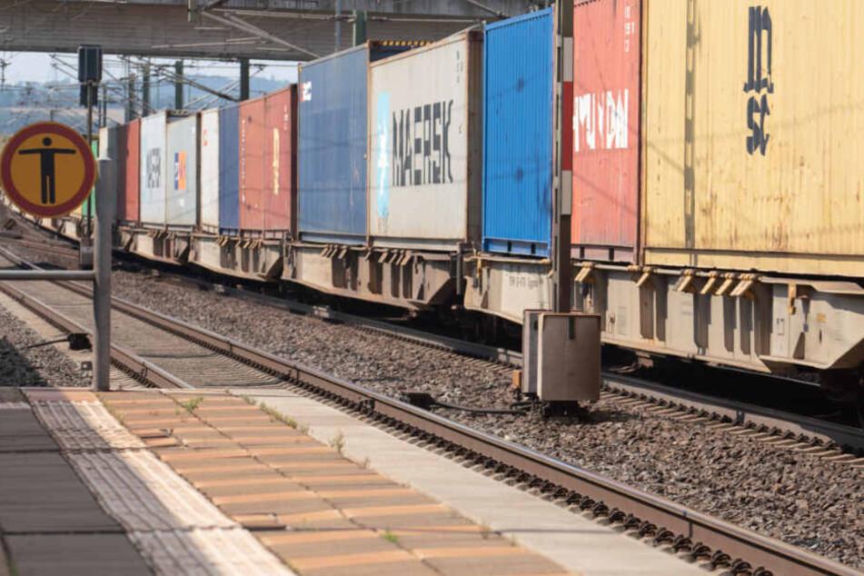 Jugendliche kletterten auf einen Güterzug. (Symbolbild)