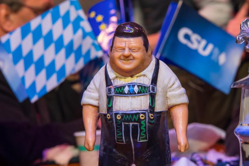 Eine Figur von Franz Josef Strauß, ehemaliger Ministerpräsident von Bayern, steht beim politischen Aschermittwoch der CSU auf einem Tisch.