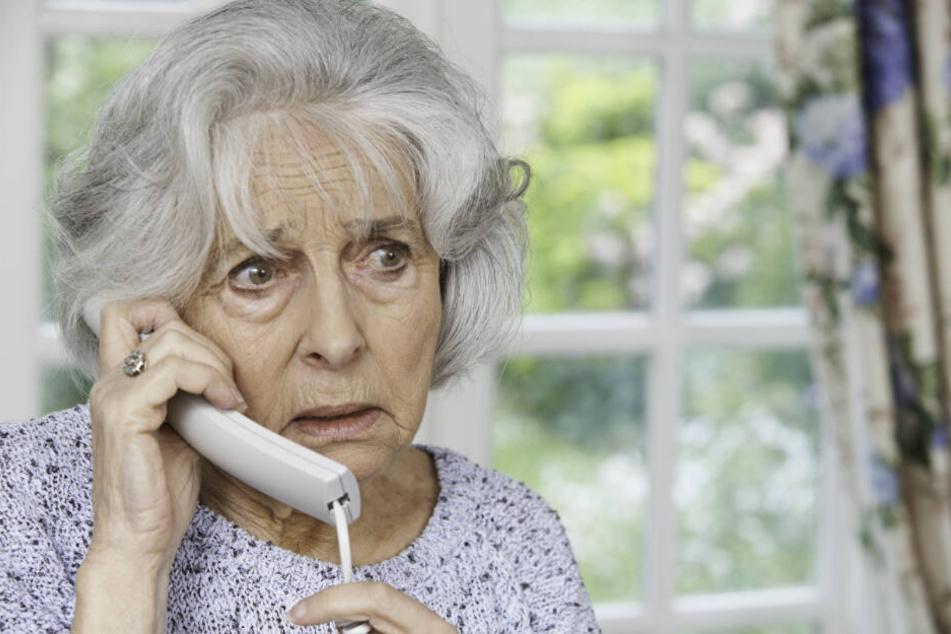 Immer wieder rufen vermeintliche Polizisten bei Senioren an, bringen sie um ihr Erspartes.