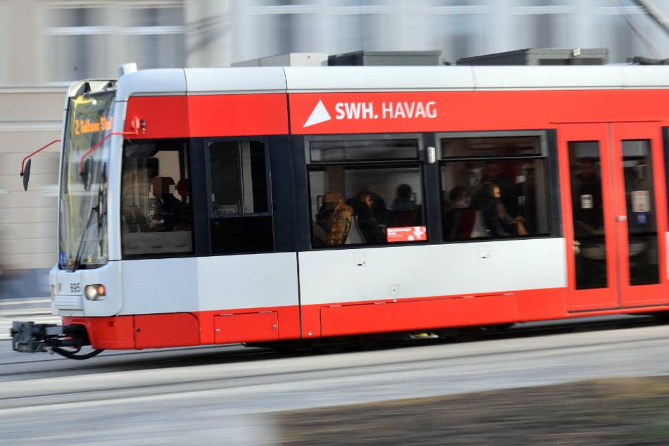 In einer Halleschen Straßenbahn hat sich ein Streit entwickelt, nachdem ein Jugendlicher auf den Boden gebrochen hatte. (Archivbild)