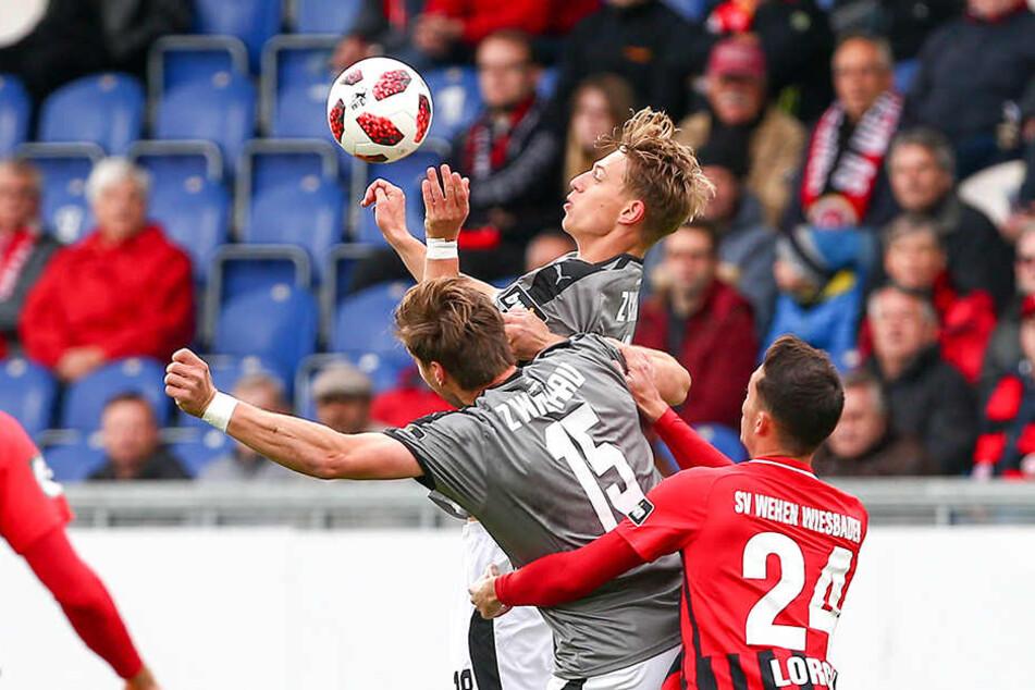 Ronny König (Nummer 15) und Lion Lauberbach (am Ball) hängen beim FSV zu oft in der Luft.
