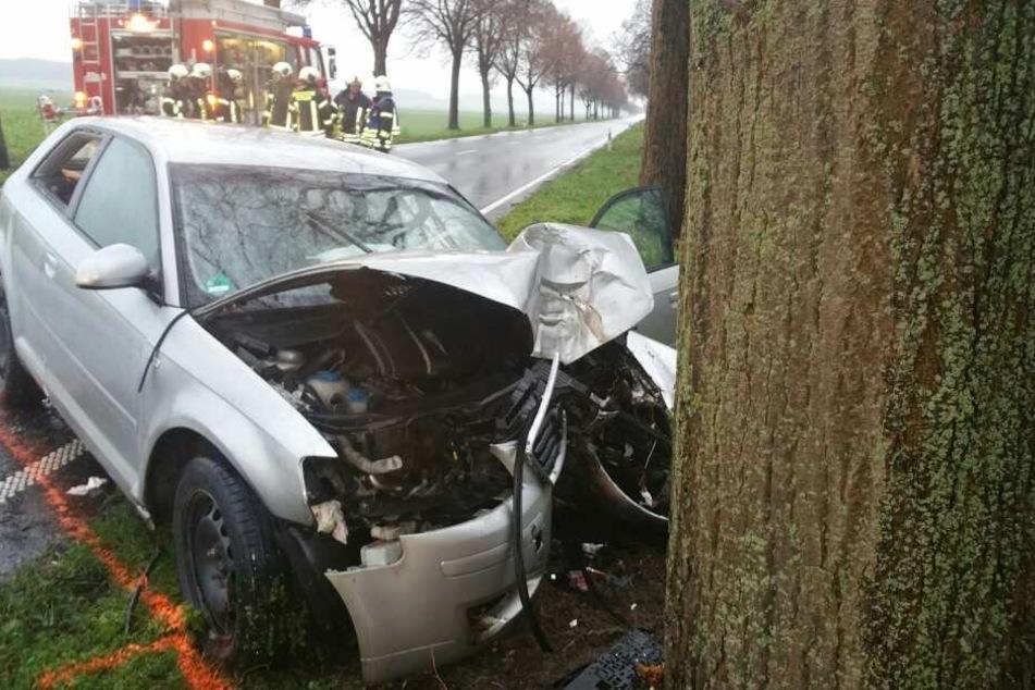 Ein Autofahrer hat auf regennasser Fahrbahn die Kontrolle über seinen Wagen verloren.