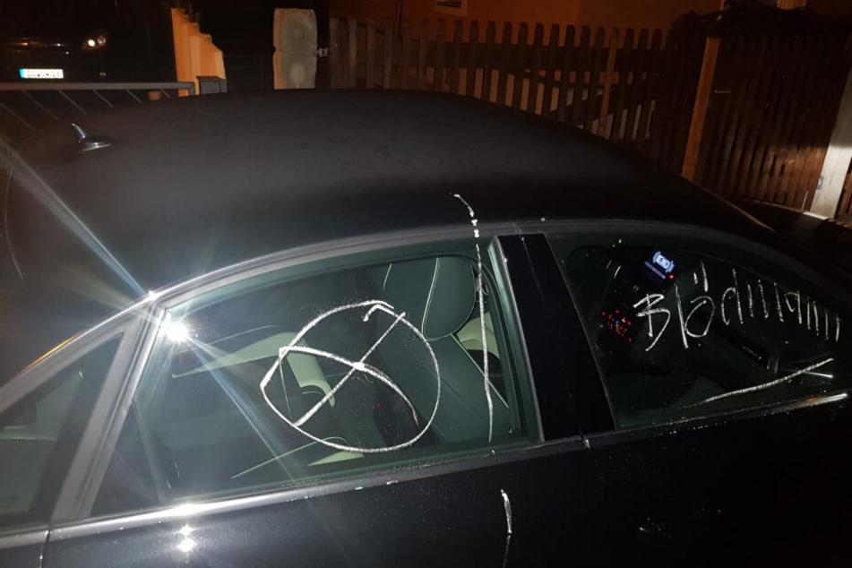 Mit Kreide beschmierte der Mann Autos, die zu nah an seiner Einfahrt standen.