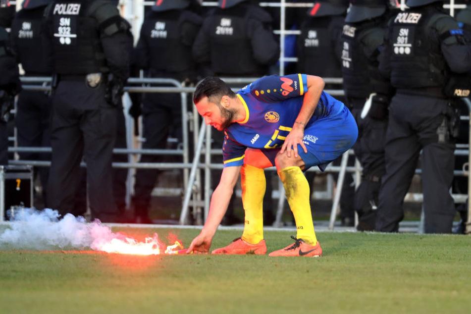 Auch die Spieler (hier Loks Djamal Ziane) bereinigten den Rasen von der Pyrotechnik.