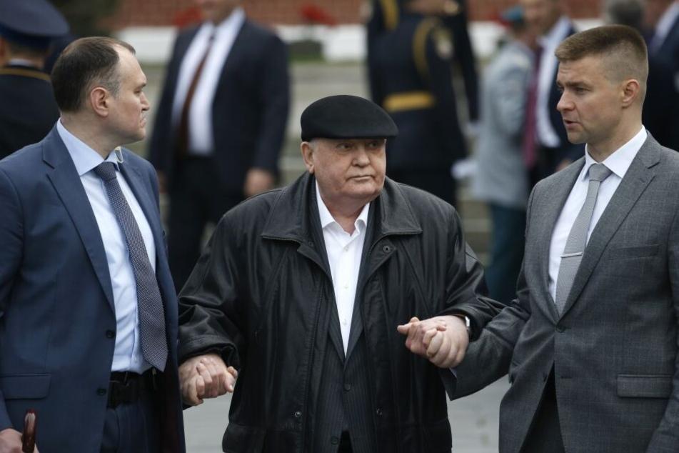 Michail Gorbatschow auf dem Weg zur Militärparade am Roten Platz. Wird er wieder genesen?
