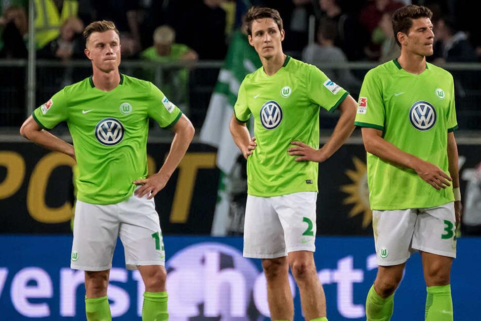 Wollscheid mit Yannick Gerhardt (li.) und Ex-Nationalspieler Mario Gomez (re.) im Trikot der Wölfe. Mit Wolfsburg musste er 2016/17 das zweite Mal nach 2009/10 (damals mit dem 1.FC Nürnberg) in die Relegation um den Liga-Verbleib im deutschen Oberhaus.