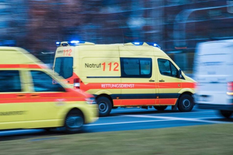 Ein Rettungswagen ist in der Yorckstraße gegen geparkte Autos gefahren. (Symbolbild)