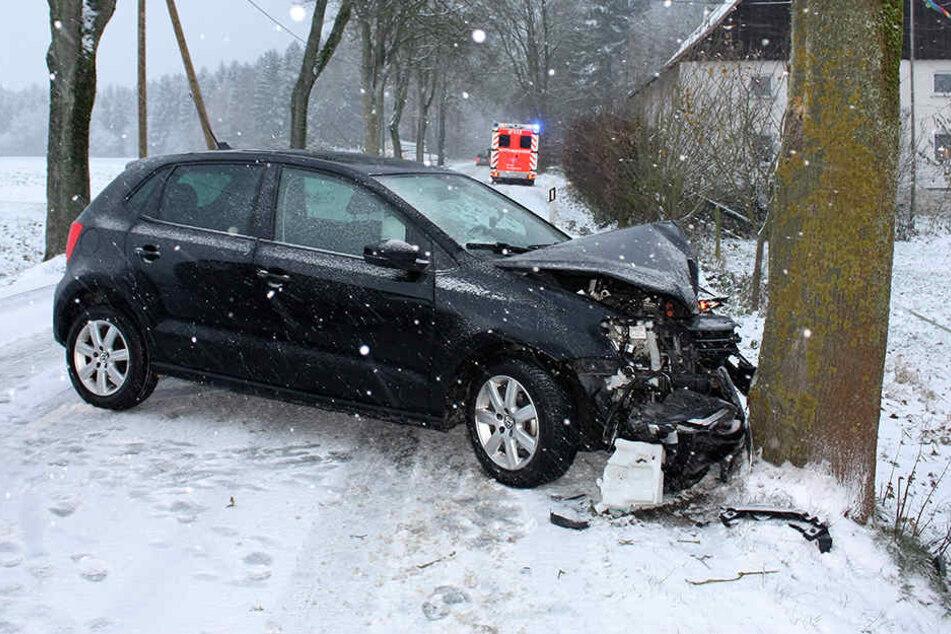 Eine 66-Jährige krachte mit ihrem Auto gegen einen Baum.