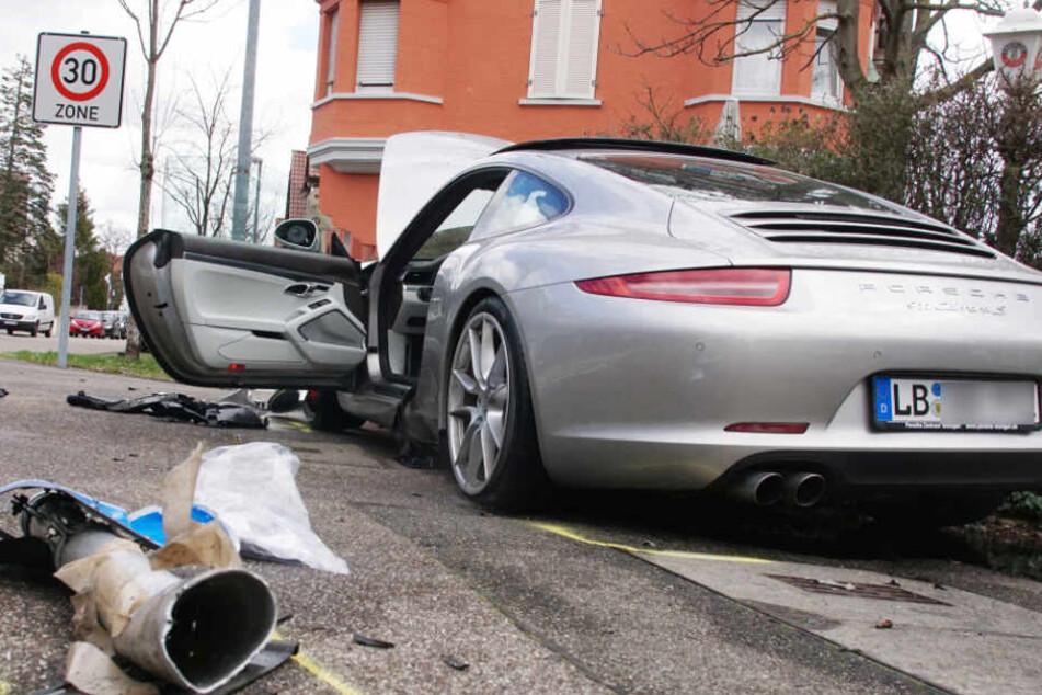 Fahrer von Porsche Carrera verliert Kontrolle und prallt gegen Steinblöcke