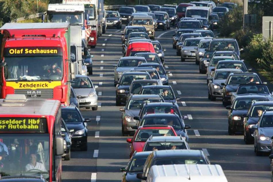 Fetter Stau auf A52 bei Mönchengladbach, A1 bei Köln gesperrt!