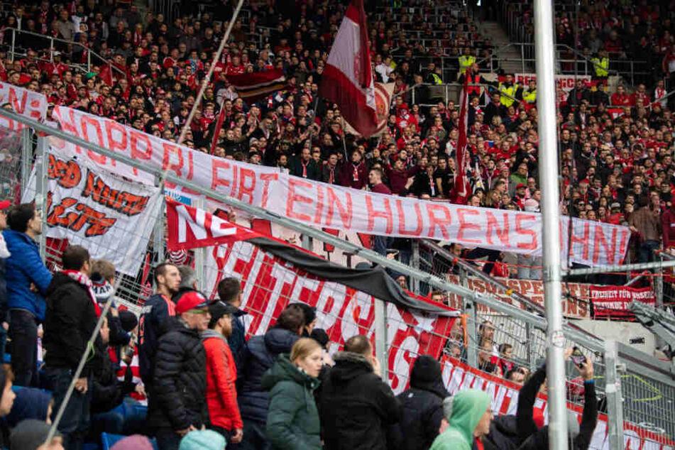 """Fans des FC Bayern München halten ein Banner mit der Aufschrift """"Hopp bleibt ein Hurensohn"""" beim Bundesliga-Spiel gegen Hoffenheim hoch. (Archivbild)"""