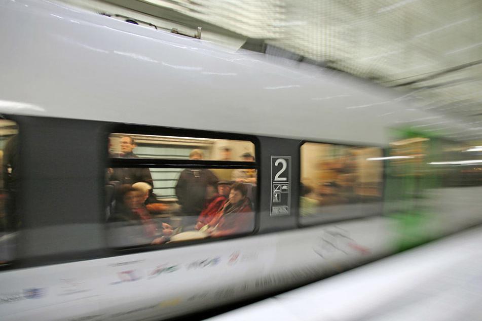 Ein Fahrgast sah den S-Bahn-Surfer außen zwischen den Waggons und rief den Schaffner (Symbolbild).