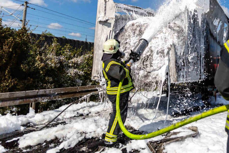 Flammen-Inferno auf der A3: Lkw brennt komplett aus, heftige Staus im Berufsverkehr