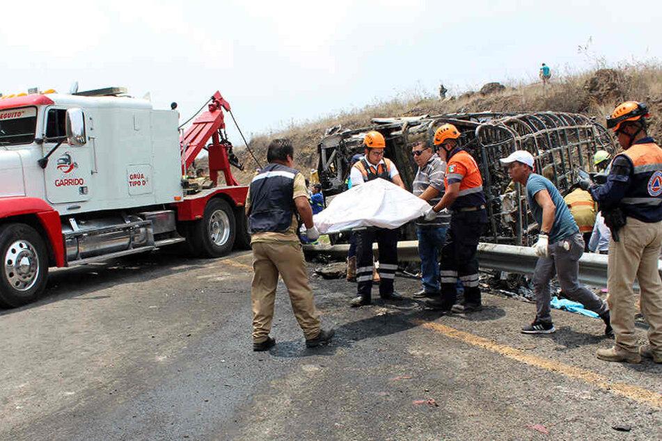 Dieses von der Zeitung Diario El Mundo de Orizaba zur Verfügung gestellte Foto zeigt Rettungskräfte im Einsatz nach dem Busunfall.