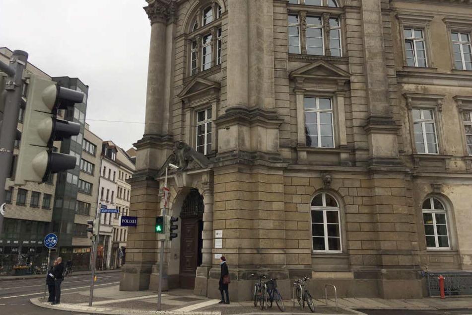 """Seit Mittwochmittag schweigt Umweltschützerin """"Chai"""" eisern hinter den Mauern der Polizeidirektion Leipzig in der Dimitroffstraße."""