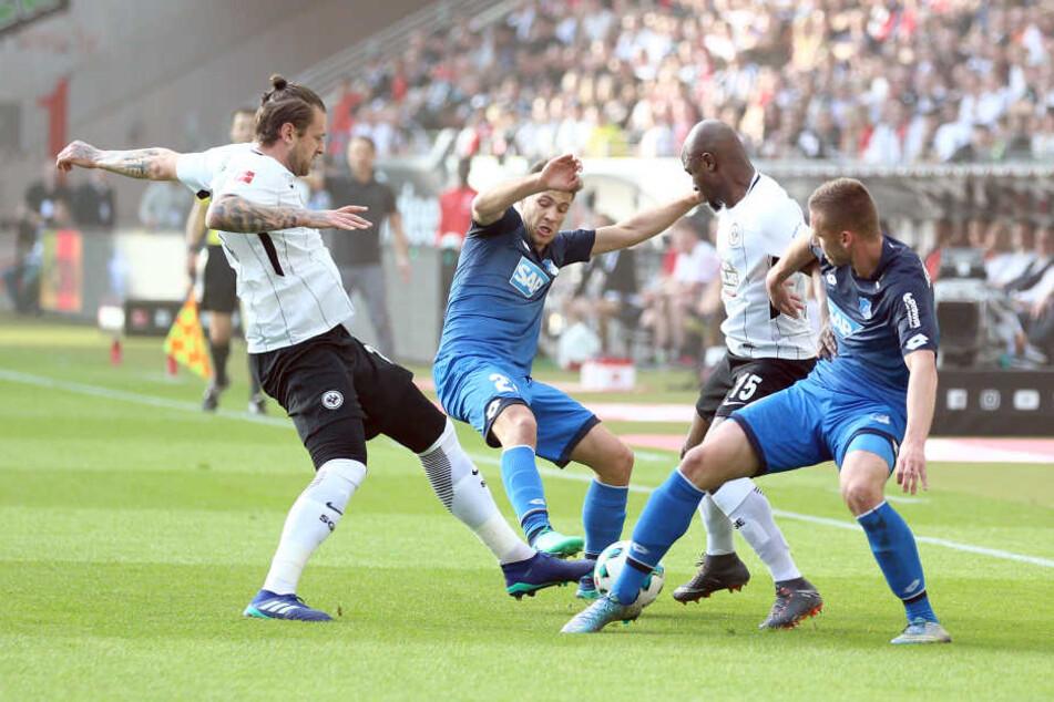 In der ersten Halbzeit fand das Spielgeschehen hauptsächlich im Mittelfeld statt.