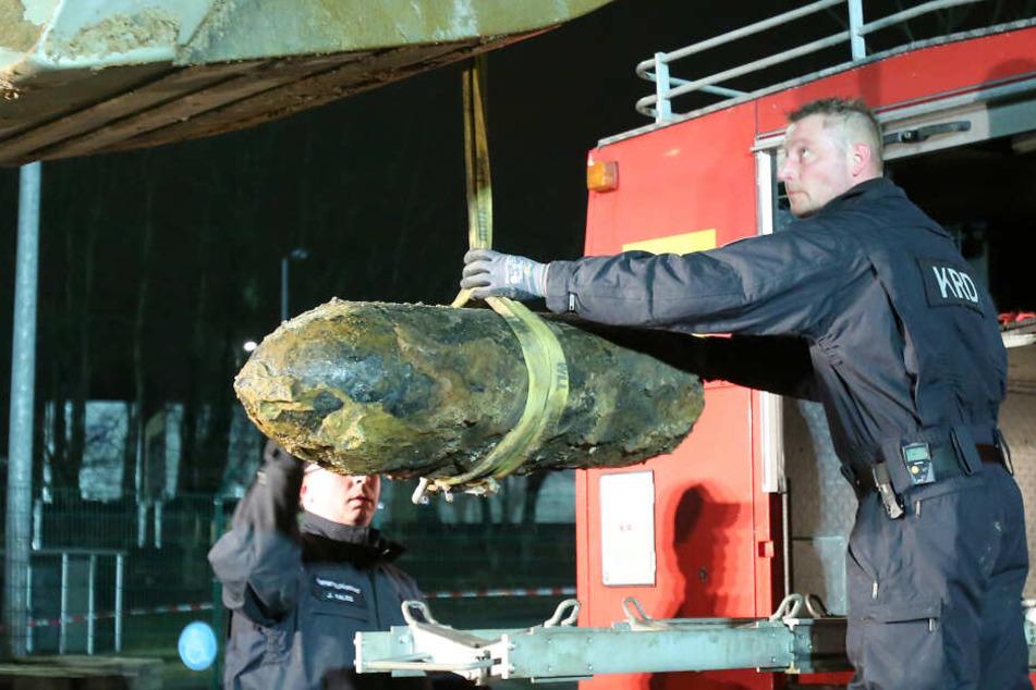 Mitarbeiter des Kampfmittelräumdienstes bereiten am Abend den Abtransport einer entschärften Weltkriegsbombe vor. Eine 500 Pfund schwere Sprengmine aus dem Zweiten Weltkrieg war in Hamburg-Bramfeld gefunden worden.