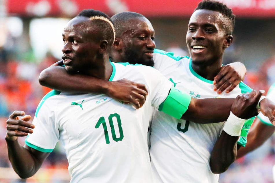 """Senegals Superstar Sadio Mané bejubelt mit Teamkollegen Youssouf Sabaly (M.) und Idrissa Gueye (r.) das zwischenzeitliche 1:0 für die """"Löwen von Teranga."""""""