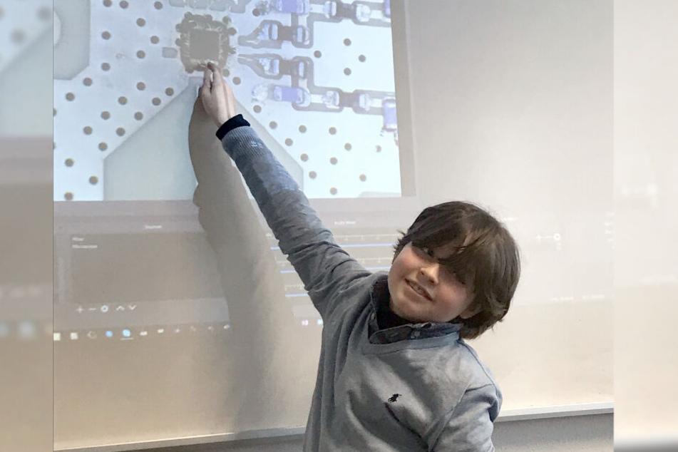 Der neunjährige Laurent aus Amsterdam steht im Arbeitszimmer seines Professors vor einer Vergrößerung seines Examen-Projektes.