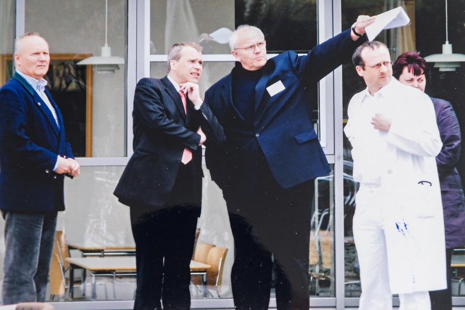 Viele Jahre leitete Gerhardt (Bildmitte) das Krankenhaus Neustadt in Dresden, zeigte 2006 dem damaligen OB Ingolf Roßmann (heute 60, FDP) die Klinik.