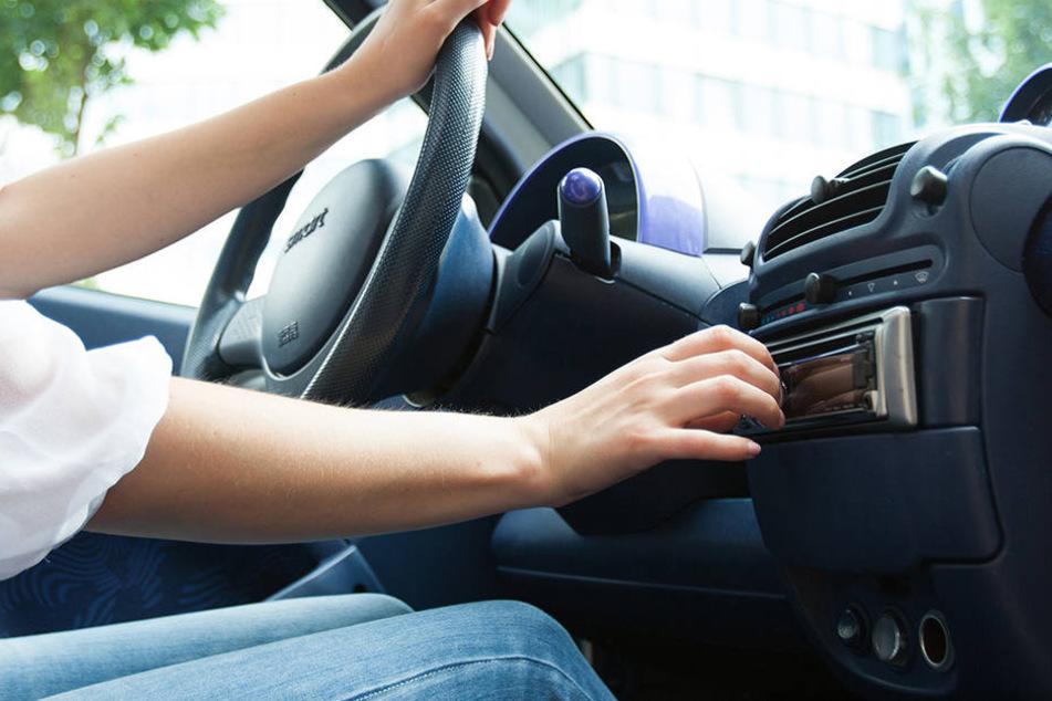 Experten befürchten, dass es bald teuer werden kann, wenn Ihr während der Fahrt Autoradio oder das Navi bedient!