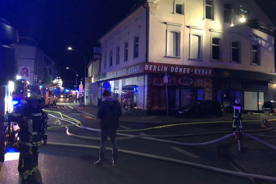 Zu einem Wohnhausbrand im nordrhein-westfälischen Bochum ist die Feuerwehr am frühen Freitagmorgen gerufen worden.