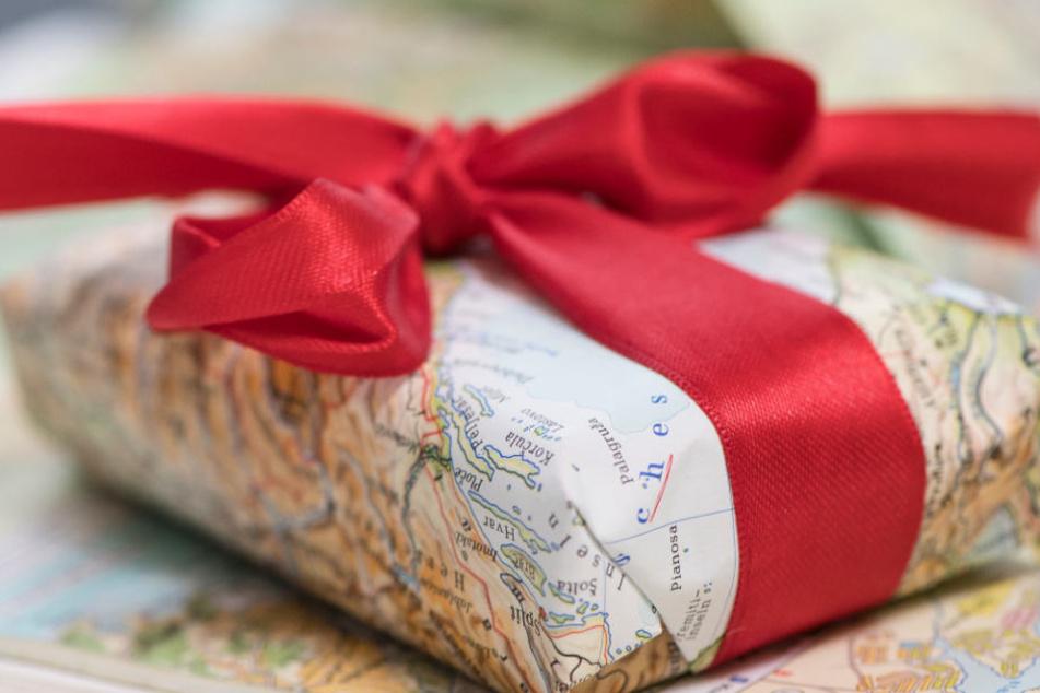 Insgesamt wurden 594 Geschenke liebevoll verpackt. (Symbolbild)