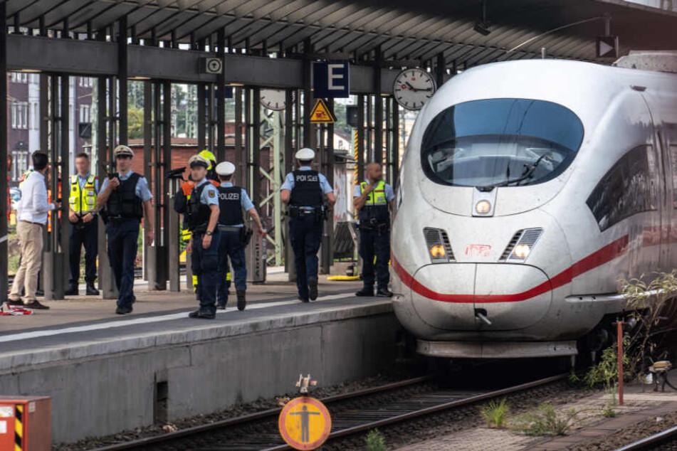 Polizisten stehen am Frankfurter Hauptbahnhof an Gleis 7.