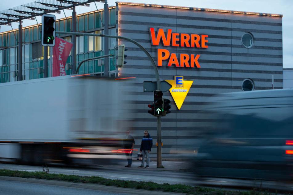 Autos fahren auf der Bundesstraße 61 auf dem Weg von Hannover nach Osnabrück am Einkaufszentrum Werre Park vorbei.