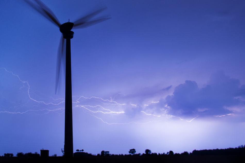 Immer wieder erhellen Blitze in Deutschland den Himmel. (Symbolbild)