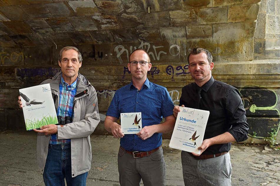 NABU-Vogelkundler Matthias Schrack (65, l.) übergab Bau-BM Raoul Schmidt-Lamontain (40, Grüne, r.) und Abteilungsleiter Andreas Gruner (33, M.) die Auszeichnung.