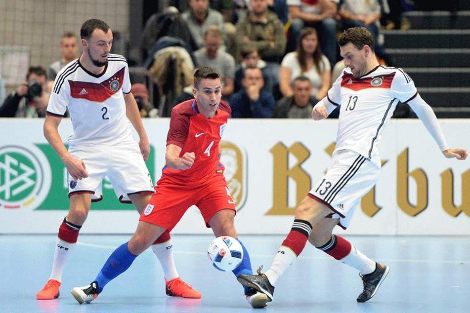 Christopher Wittig(li.), Englands Douglas Reed und Deutschlands Nils Klems kämpfen um den Ball.