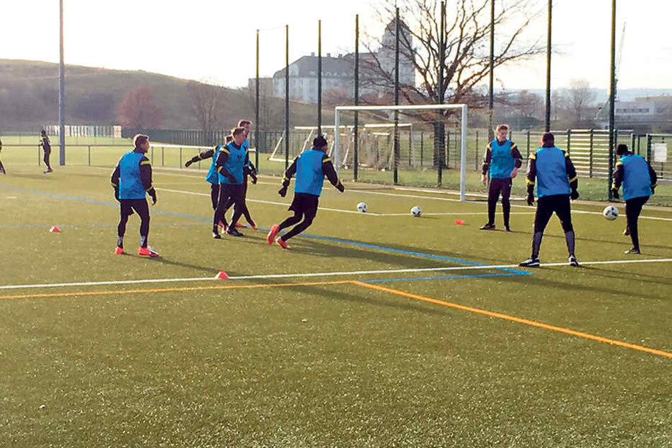 Die Dynamo-Profis trainierten Mittwoch mal wieder auf Kunstrasen, aber zumindest bei strahlendem Sonnenschein.