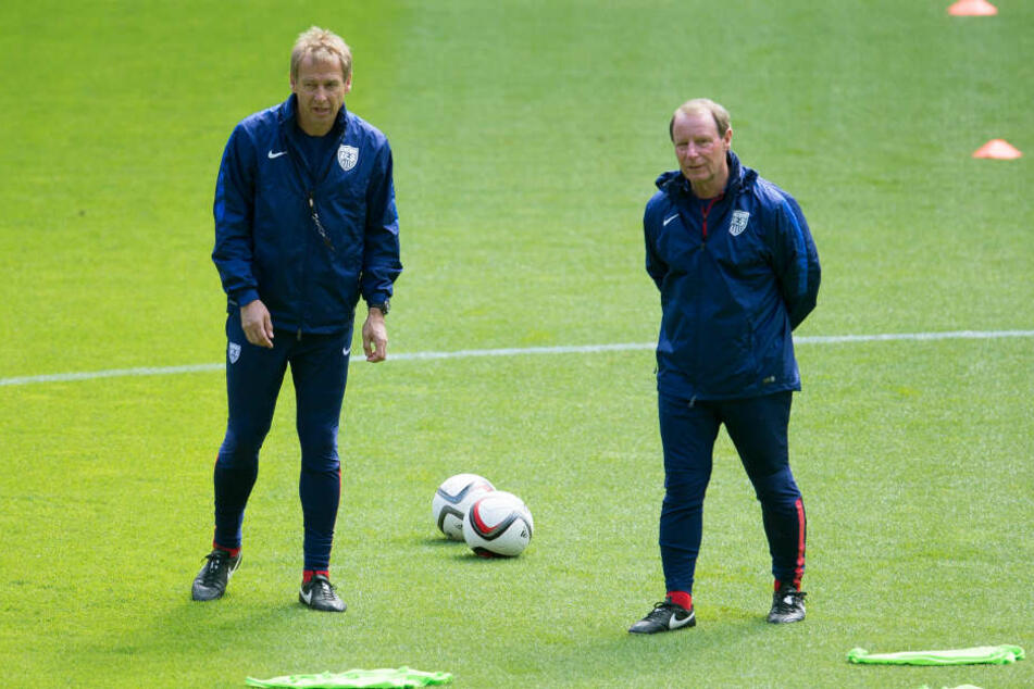 Die ehemaligen Bundestrainer Jürgen Klinsmann (l.) und Berti Vogts (r.) arbeiten zusammen für den Fußballverband der USA.