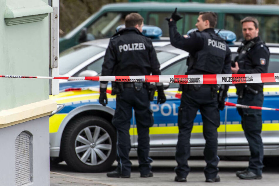 Polizeibeamte sichern einen Tatort ab. (Symbolbild)