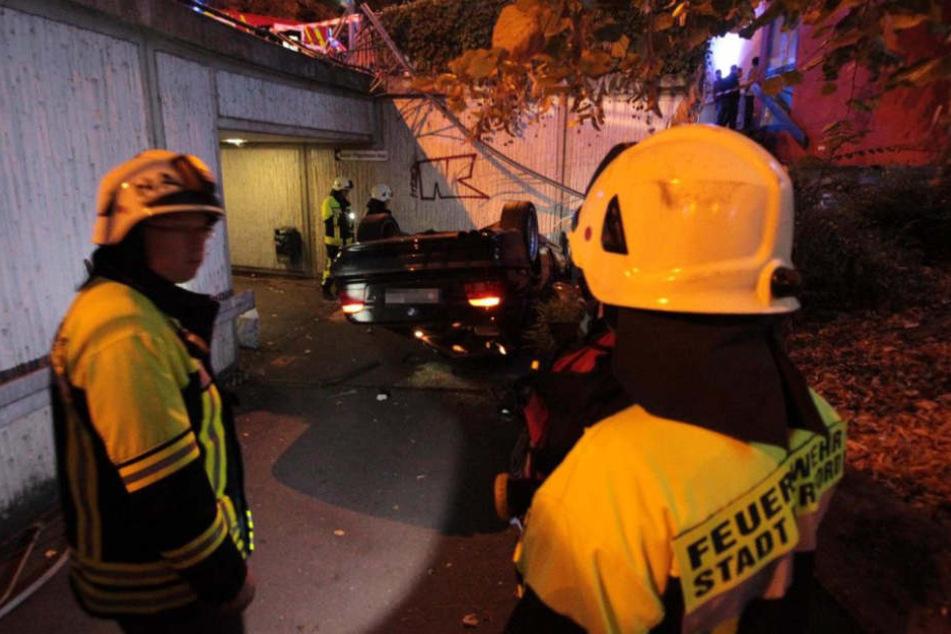 Rettungskräfte mussten den schwer verletzten Fahrer aus dem Wrack befreien.