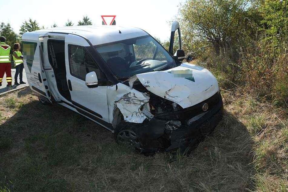 Der Fiat Doblo landete nach der Kollision im Straßengraben.