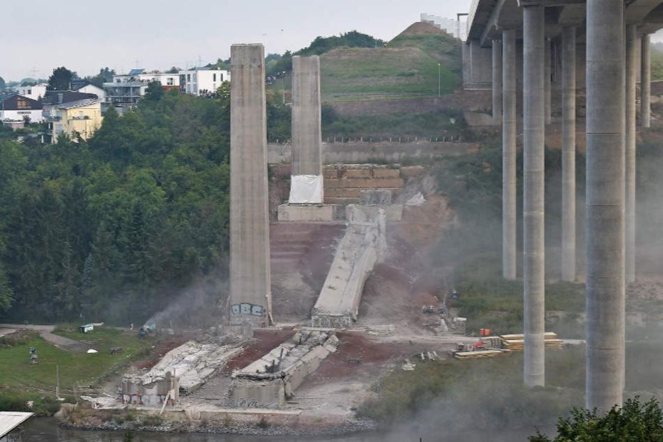 Wegen technischer Probleme bei der Sprengung blieben zwei Brückenpfeiler der alten Lahntalbrücke zunächst stehen.