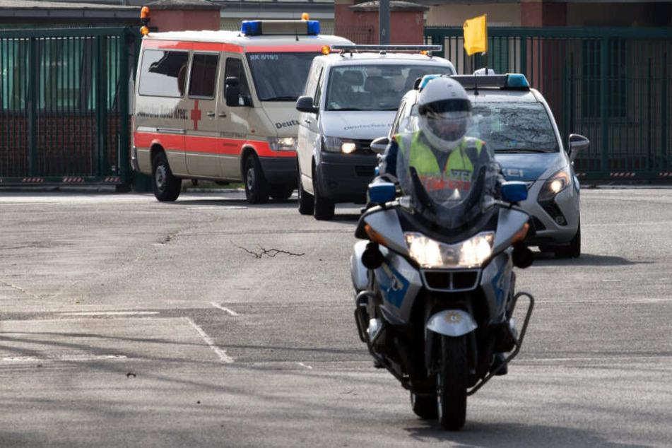 Die Polizei eskortiert einen Krankenwagen mit den China-Rückkehrern.