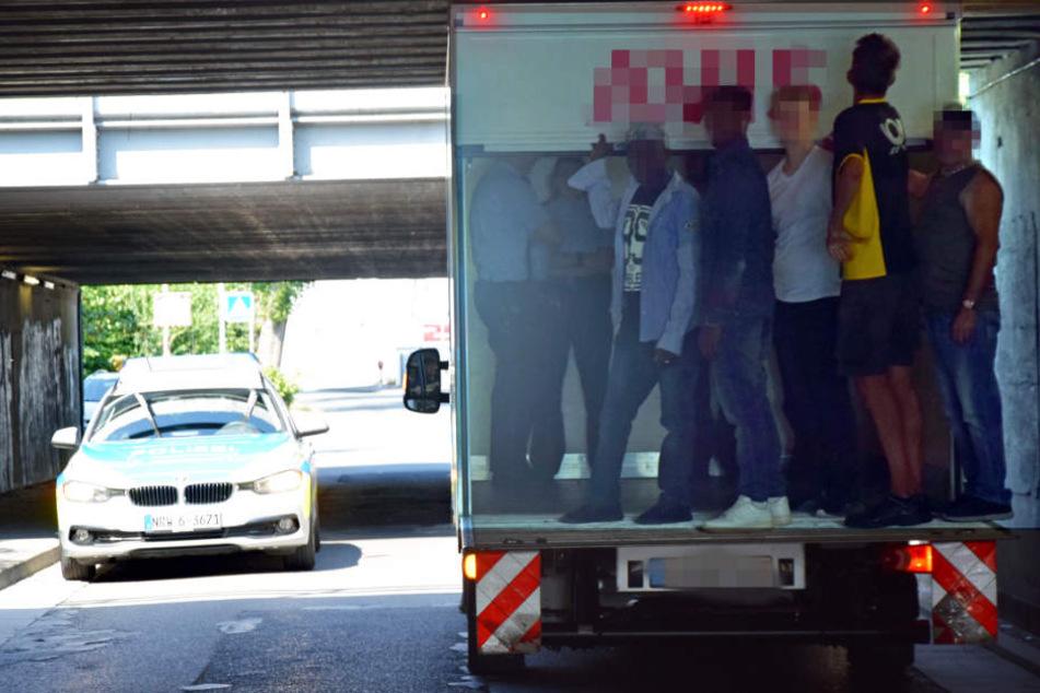 Alle Passanten in der Nähe des Unfallorts mussten auf die Ladefläche des Lkw springen.