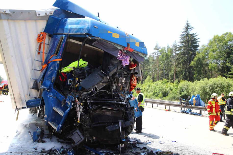 Aus diesem Lkw konnte ein Mann schwer verletzt gerettet werden.