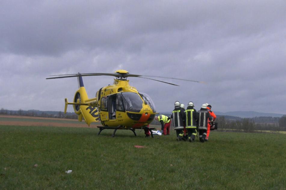 Ein Rettungshubschrauber steht nahe der Unfallstelle.