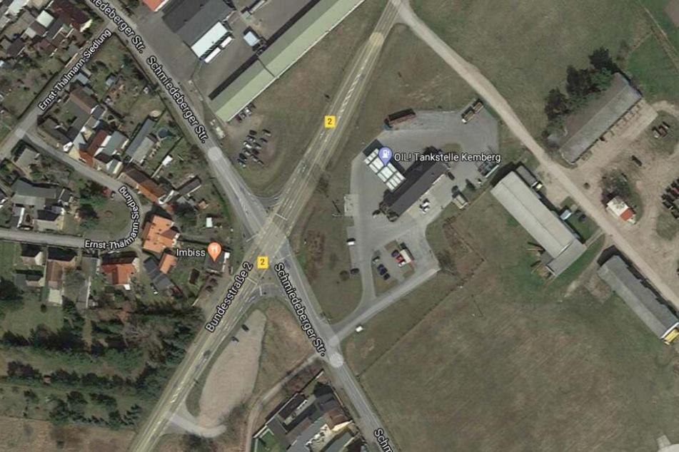Der Unfall ereignete sich auf der B2 bei Kemberg, etwa 100 Meter hinter der Kreuzung mit der L129, in Höhe der dortigen Tankstelle.