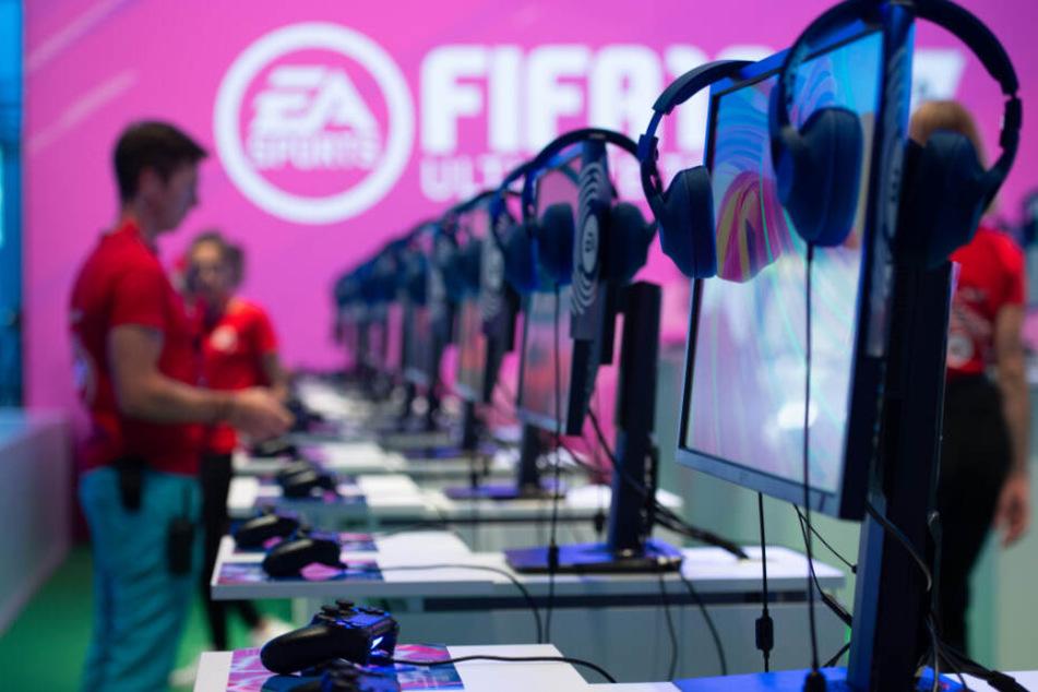 """Die Jungs zocken die Fussball-Simulation """"FIFA 19"""" von EA Sports auf der Playstation 4 und Xbox One. (Archivbild)"""
