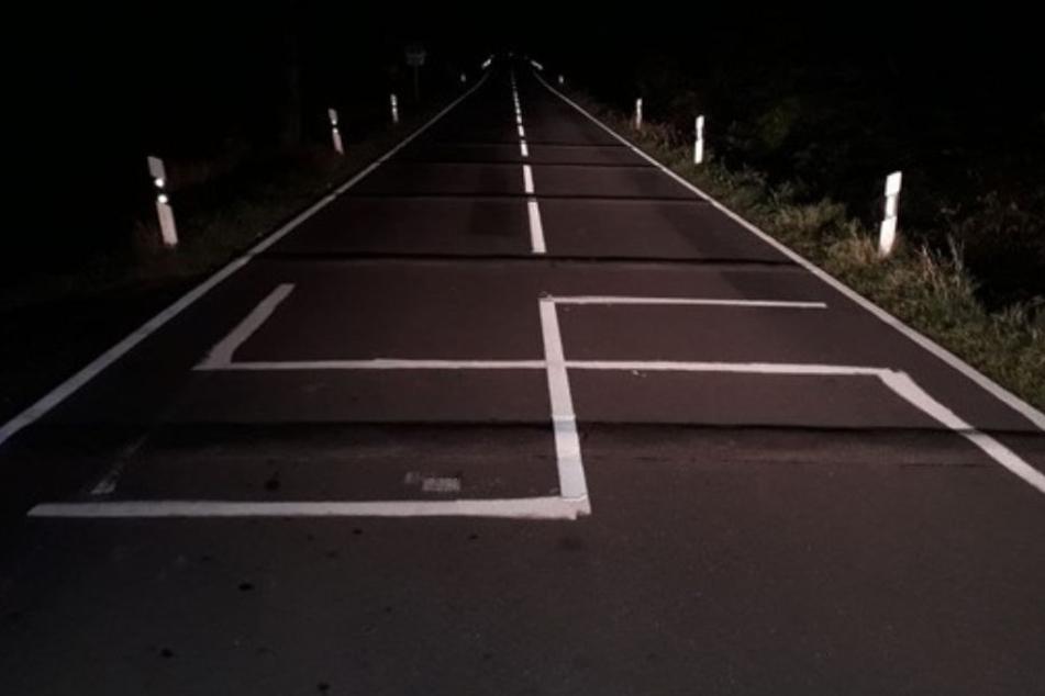 Nazi-Gruß auf Landstrasse: Fettes Hakenkreuz auf Fahrbahn geschmiert